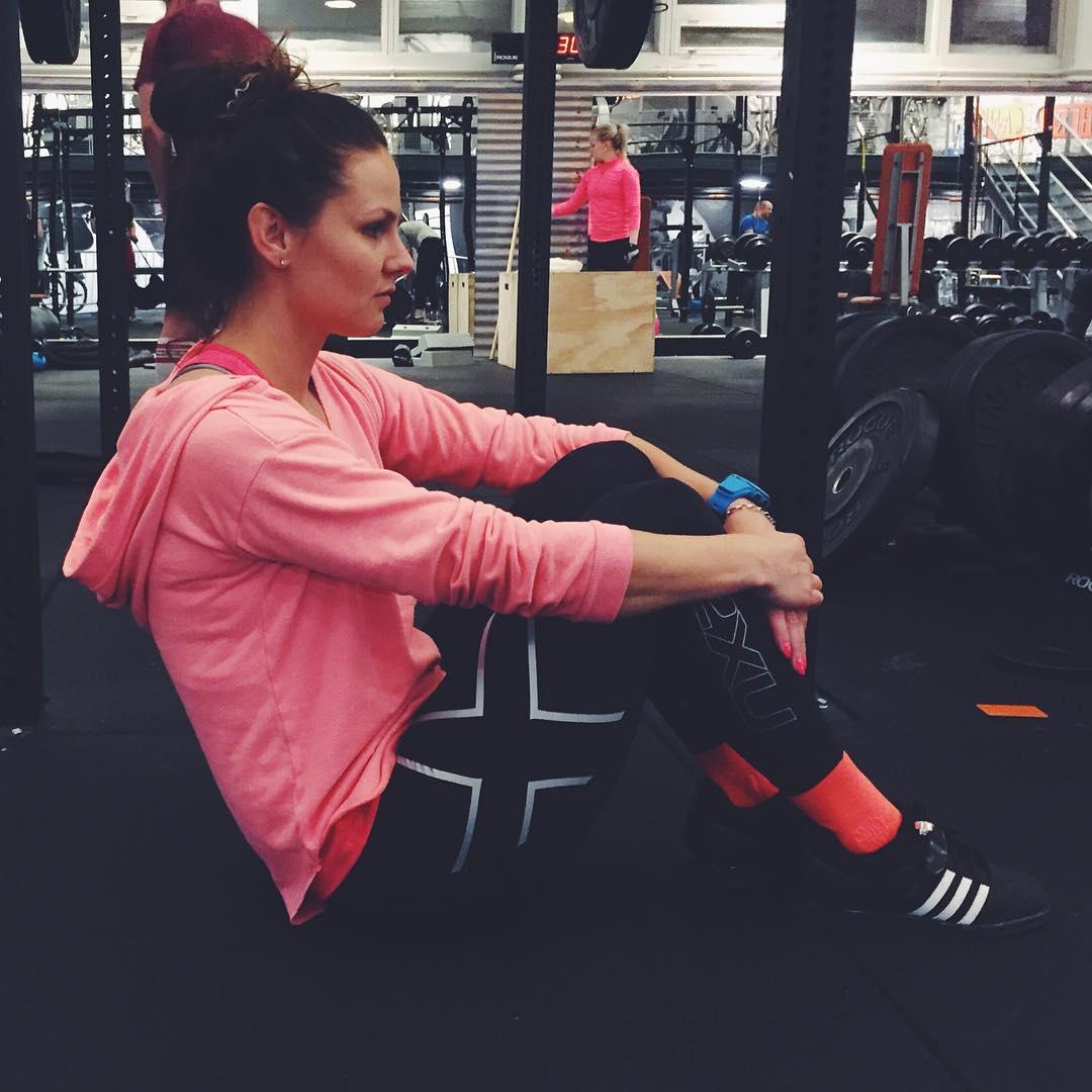 Kävin ottaa emännästä luulot pois. 5 x 5 sarjoja rinnallevetoa, työntöjä ja askelkyykkyjä ja vähän myös soutuja ja mausteena vielä 5 x 20 vatsalihaksia. Ai että teki hyvvää (ja pahaa)! ✌️ #workout #weightlifter #jumppa #ryhtiliike