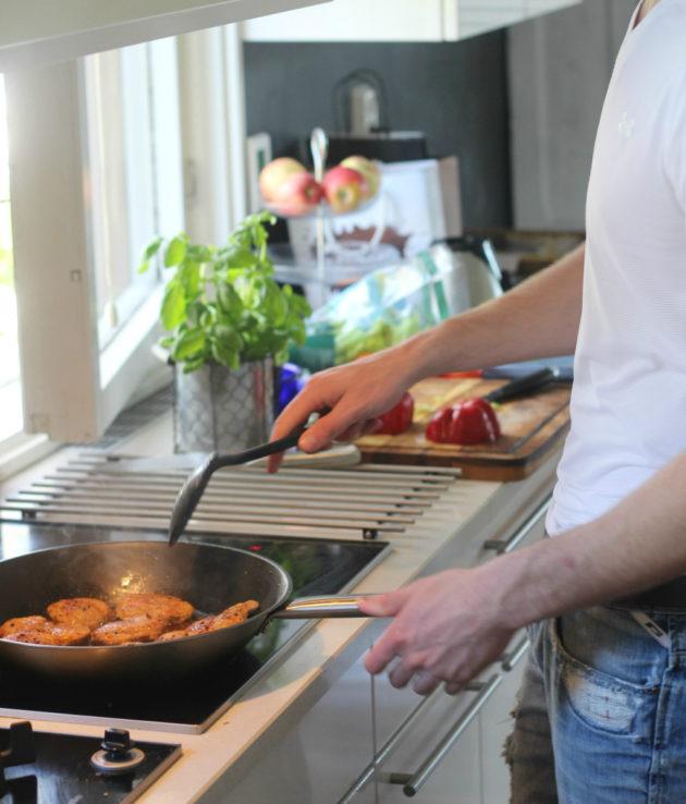 Pihvin paistoa keittiössä
