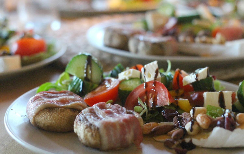 Sienipekoninyytit salaattipedillä ja Viikuna balsamikastikkeella