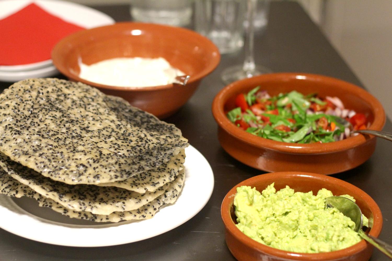 Rapeat seesaminsiemen-riisipaperit tuoresalsalla ja avokadotahnalla