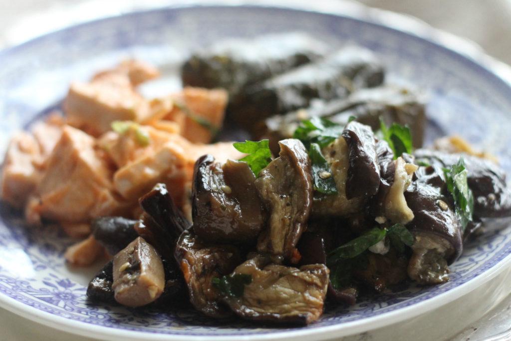 Viininlehtikääryleet, marinoidut herkkusienet ja kanapalat