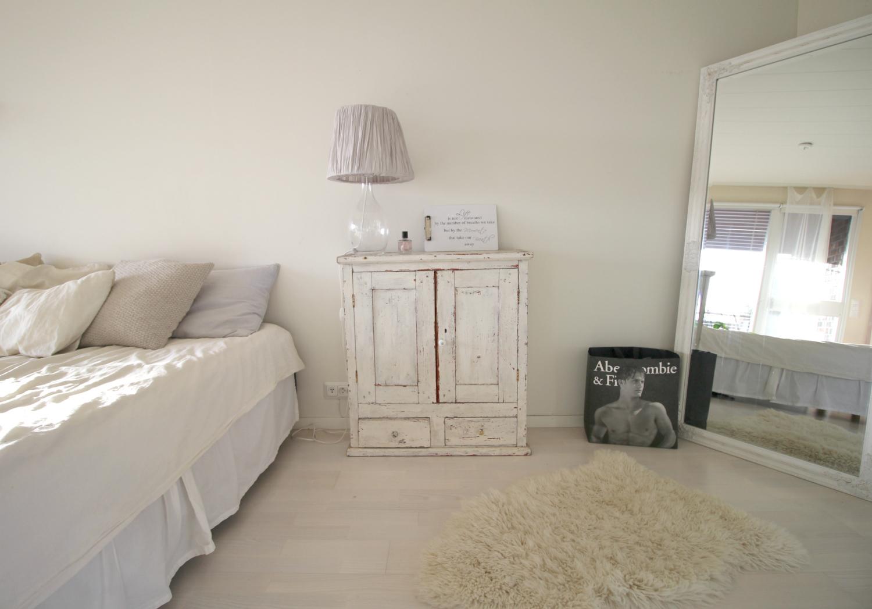 Sisustusinspiraatio: Vanha kaappi valkoisessa huoneessa
