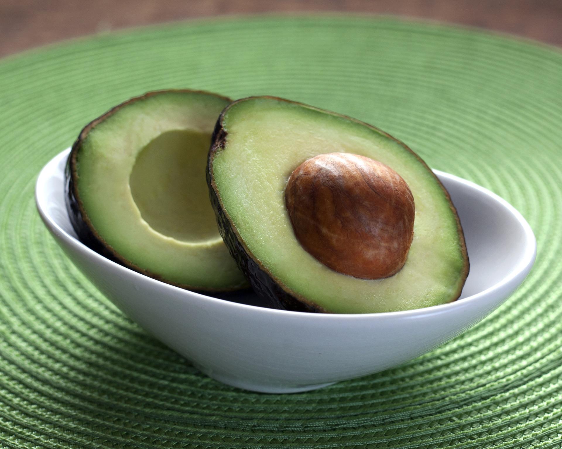 Avokadon terveyshyödyt, käyttö ja reseptivinkit