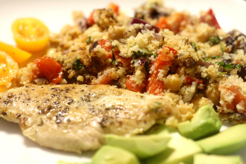 Superpaljon proteiinia: Kanaa ja kukkakaaliriisiä kikherneillä