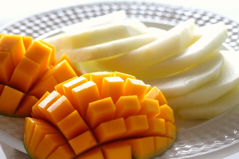 Aurinkoinen munakas hedelmillä ja Briellä