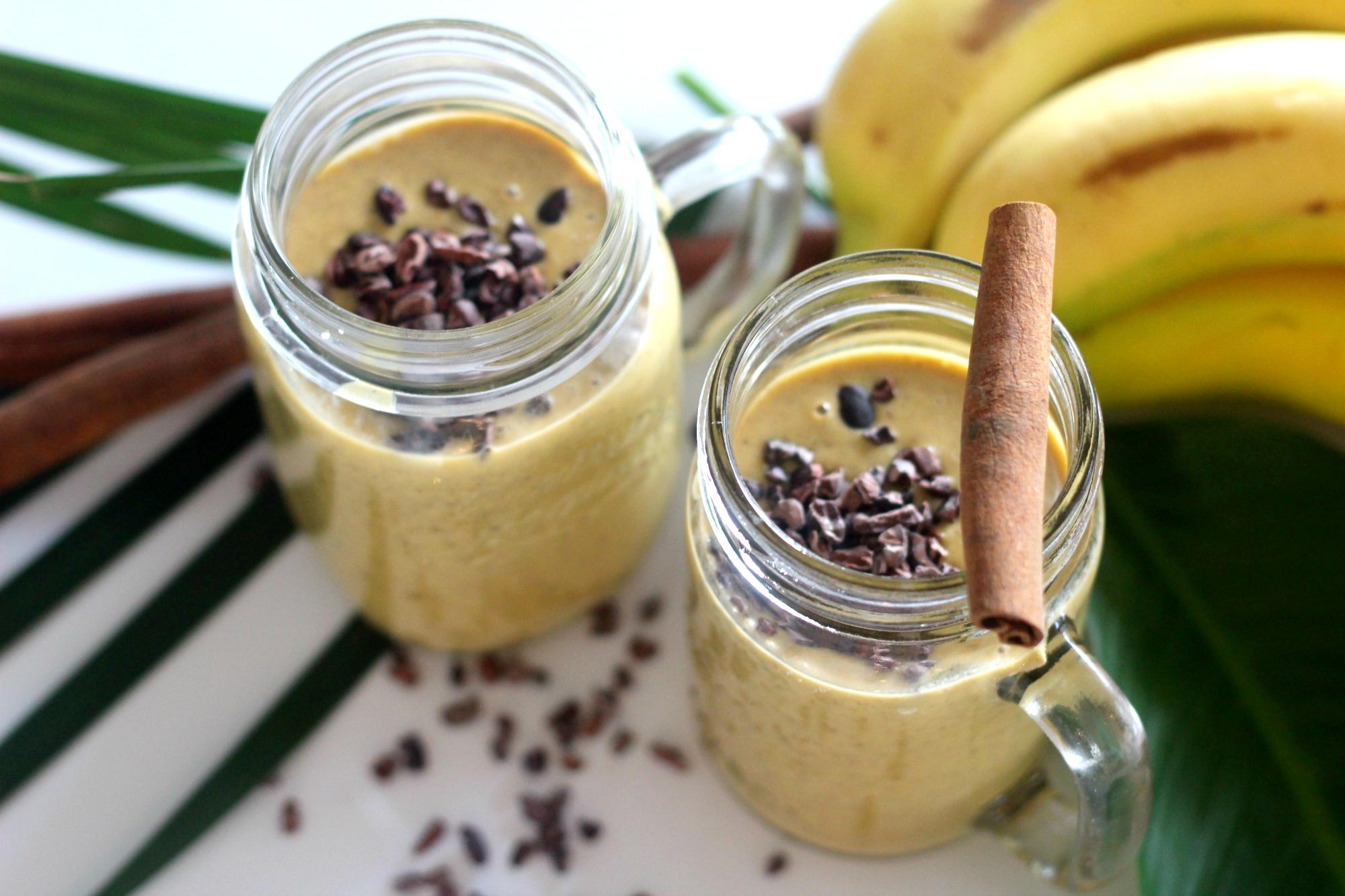 Lämmin kanelinen banaani smoothie