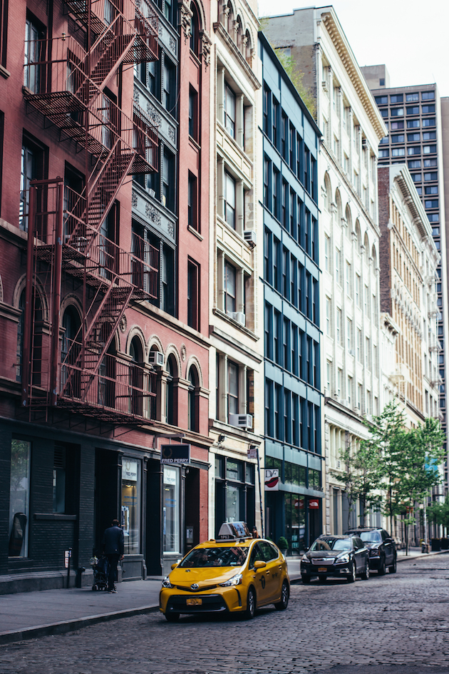 new-york-soho-street-taxi-building