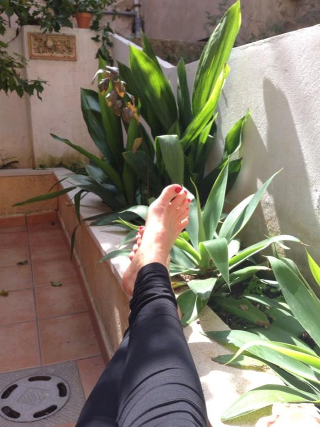 Guiri otti heti kengät pois, kun aurinko paistoi.