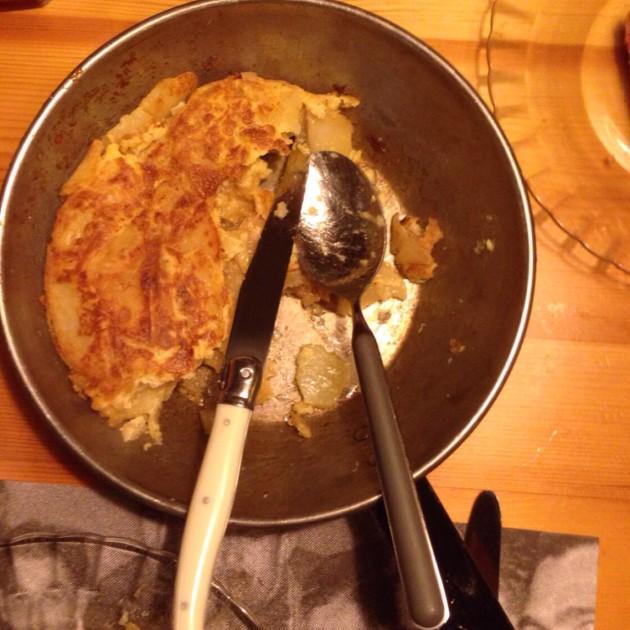 Tortilla de patatas kolmelle tai neljälle. Tai viidelle.