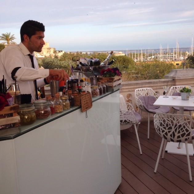 Tutkin pöydät bar Cuban kattoterassilla: ei yhtään lasillista cavaa missään.
