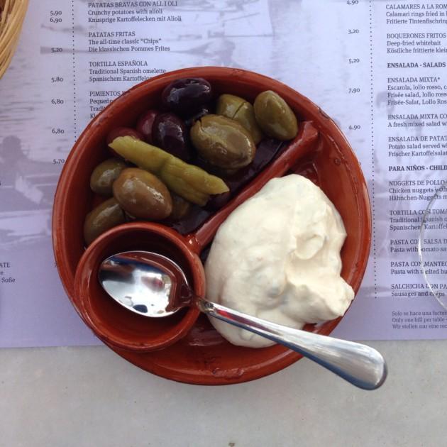 Eurolla, parilla saa pienen korin leipää, oliiveja, suolakurkkuja ja aiolia.