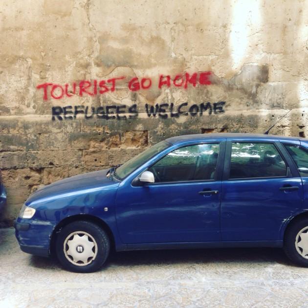 Turistit, menkää kotiin. Turvapaikanhakijat tervetuloa.