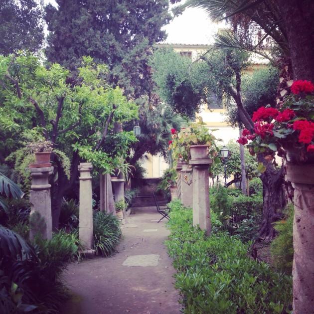 Vein äidin katsomaan myös arabialaista vanhaa kylpylää, Los banños arabes, ja sen puutarhaa.