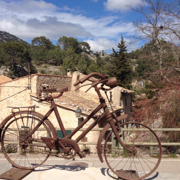 En ole missään nähnyt niin paljon pyöräilijöitä kuin Mallorcalla. Orientiin pysähtyi lähes jokainen seurue.