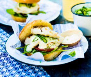 Kalahampurilaiset: herkulliset hampurilaiset maistuvat kesällä ja onnistuvat helposti myös ulkona grillaten.