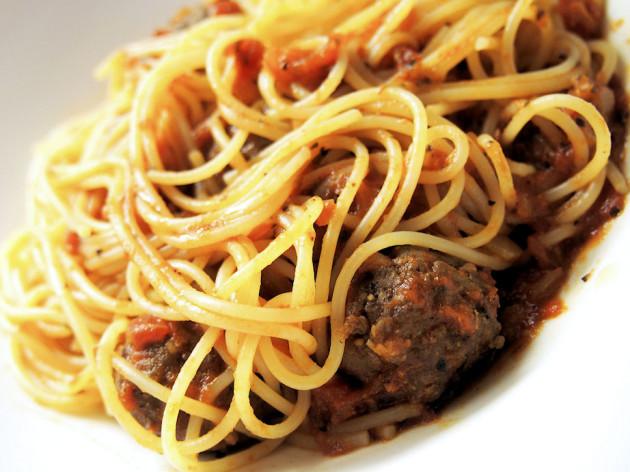 täyslihapullat spagetin kanssa
