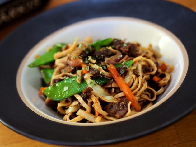 Härkis, vihannes -wokki maustekastikkeessa