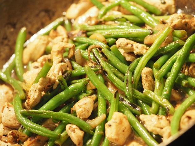 Vihreitä papuja ja kanaa wokattuna