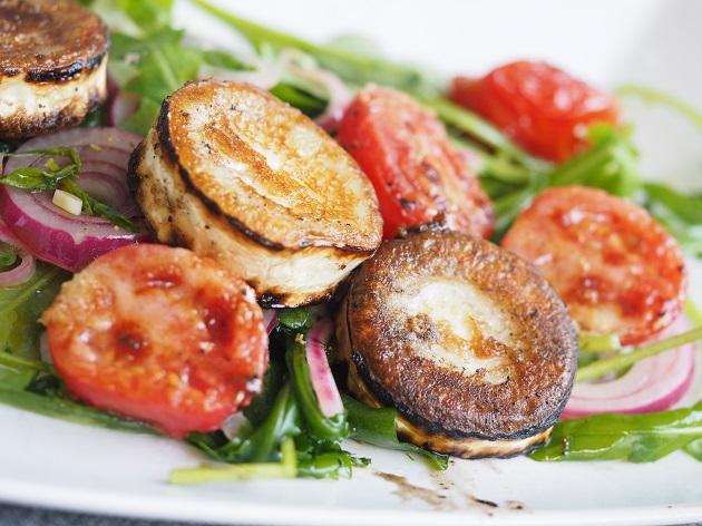 Grillitomaattisalaatti-ja-paistettua-vuohenjuustoa