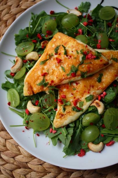 salaatti saganakijuustolla, viinirypäleillä ja pähkinöillä