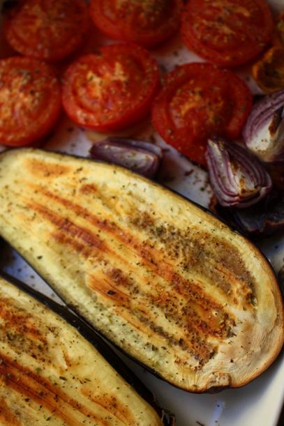 Uunissa paahdetut munakoisot ja tomaatit