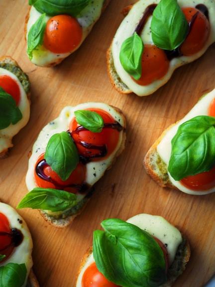 tomaatti-mozzarellacrostini