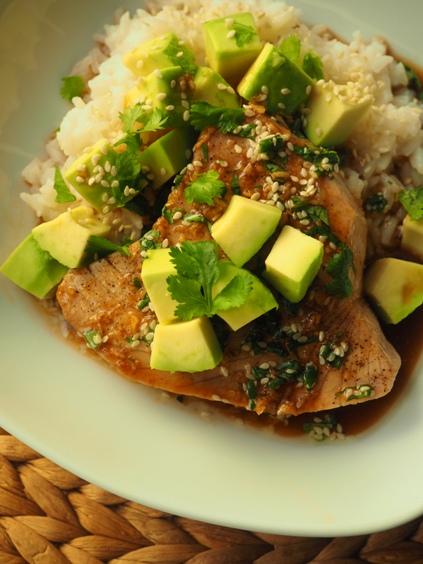 tonnikalapihvi. avokadoa ja riisiä