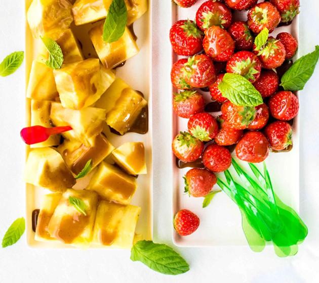 Ananasta, mansikoita ja kookoskinuskia