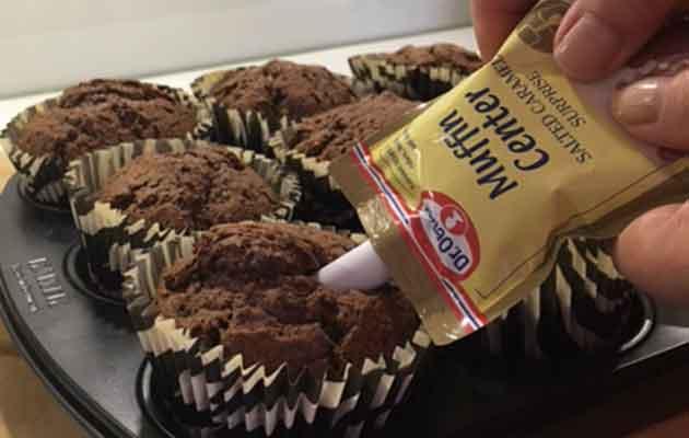 Dr. Oetkerin muffinintäyte käytössä, täytetään suklaamuffineita