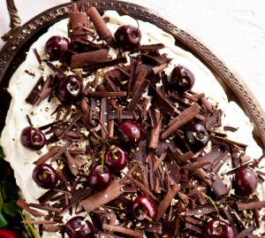 suklaa-taateli-marenkikakku