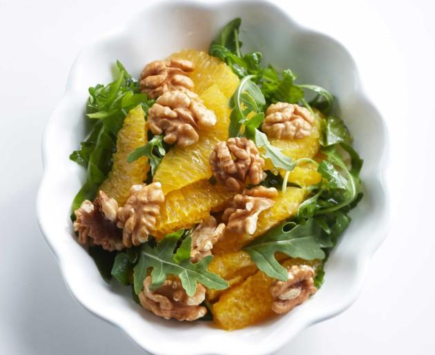 Appelsiini-pähkinäsalaatti