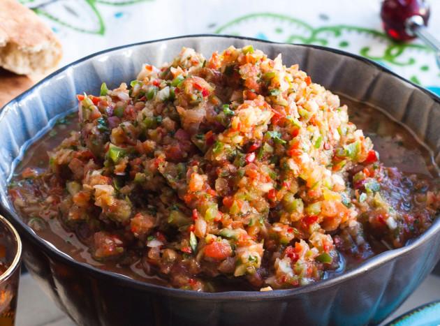 Ezme, turkkilainen tomaatti-paprikasalaatti