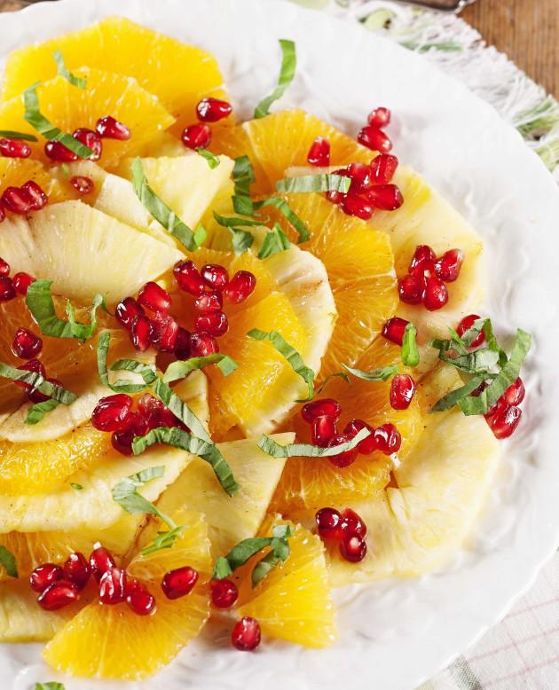 Ananas-appelsiinisalaatti granaattiomenan siemenillä