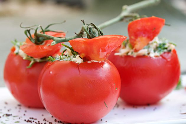 Savukalalla täytetty tomaatti