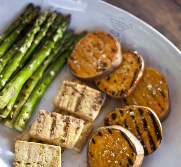 Grillattua bataattia, parsaa ja tofua