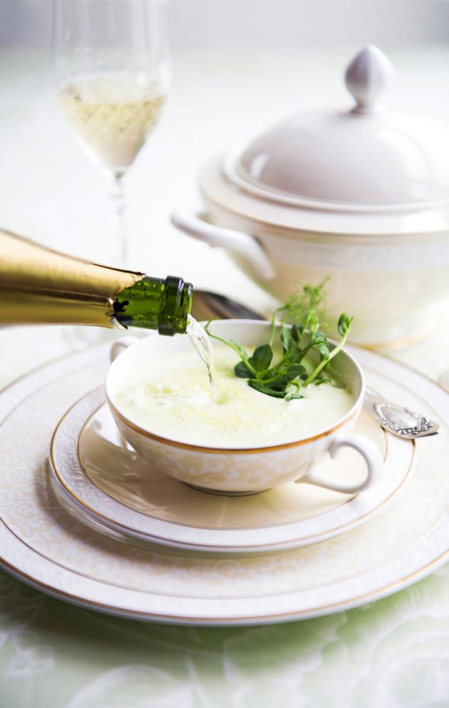Crème Ninon eli samppanjainen hernesosekeitto
