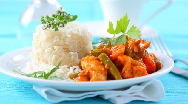 punainen broilericurry ja riisiä