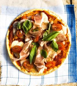 perjantaipizza: vuohenjuustoa, kinkkua, rucolaa ja tomaattia