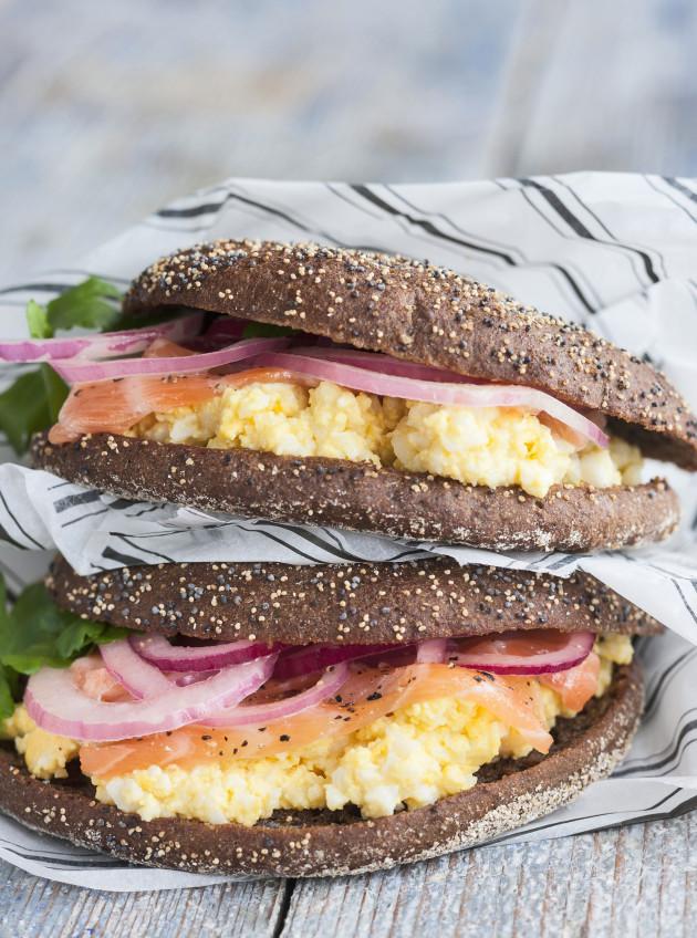 Graavilohella ja munavoilla täytetty ruisleipä