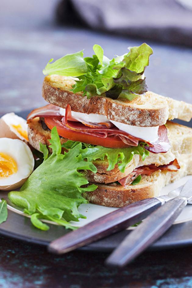 Aamiaiskerrosleipä ja keitetty kananmuna