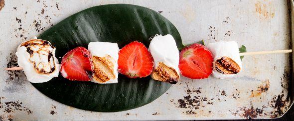 Vaahtokarkkeja ja mansikoita vartaassa