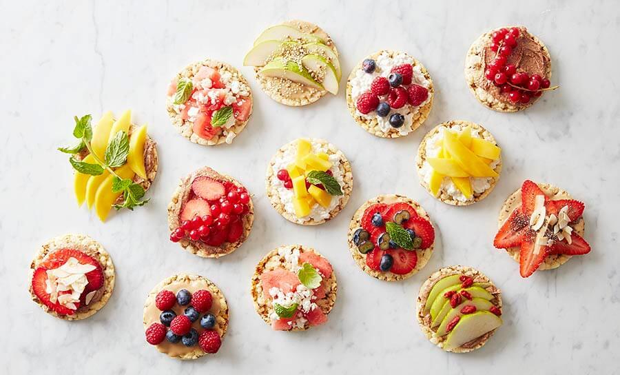 Friggsin maissikakuista saa herkullisia ja terveellisiä välipaloja käyttämällä päällisinä marjoja ja hedelmiä.