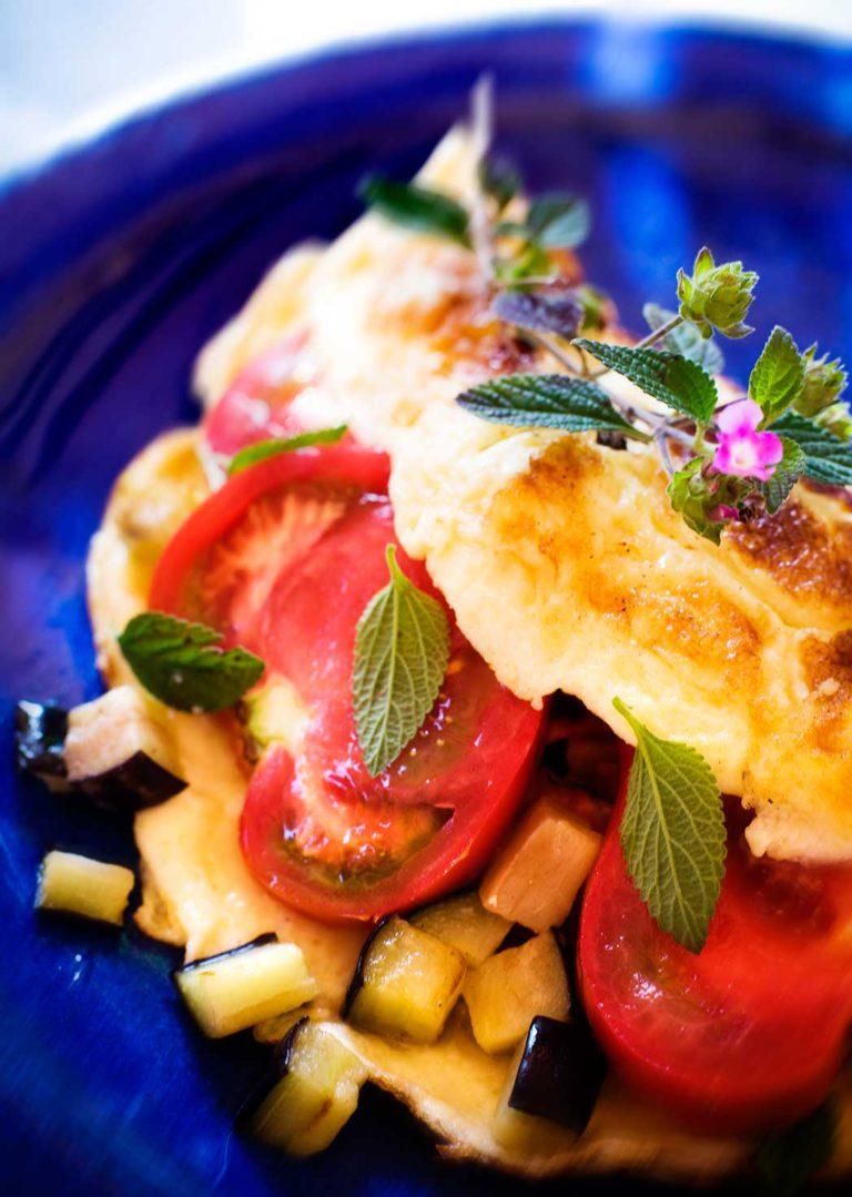 Marokkolainen munakas, täytteenä tomaattia, munakoisoa, yrttejä