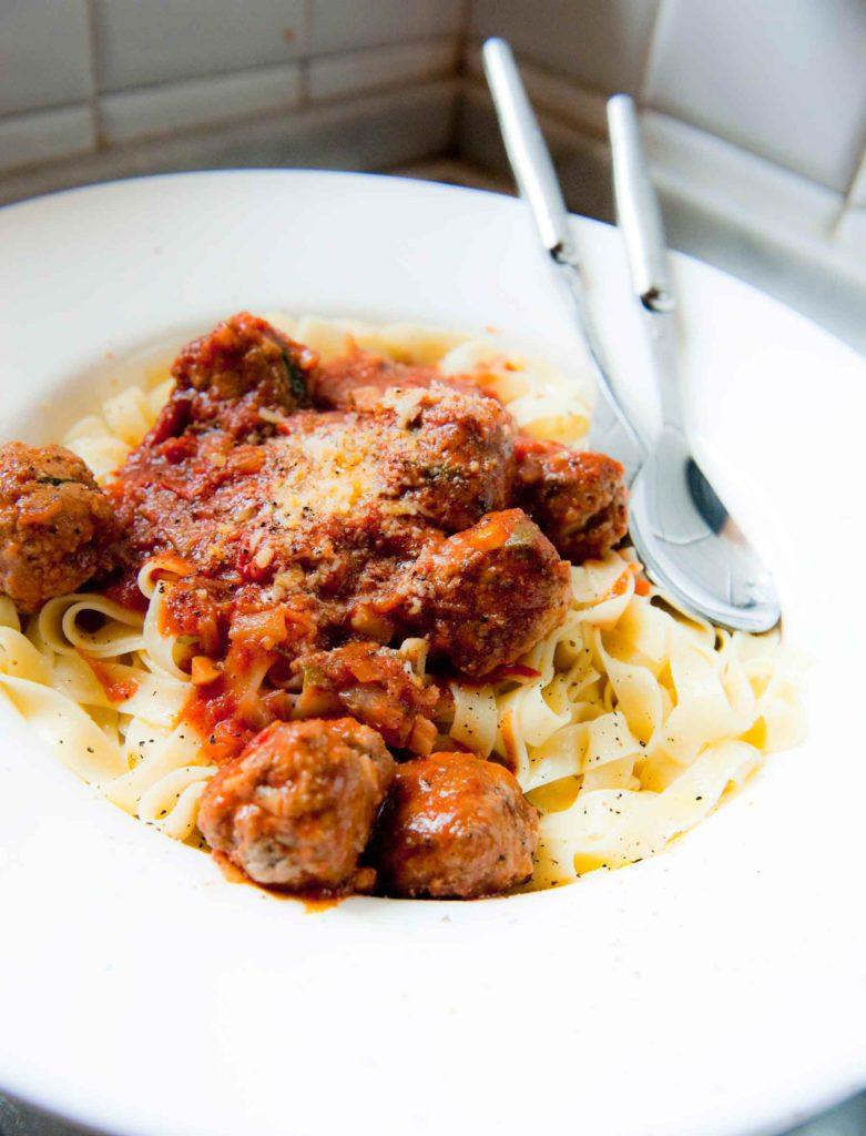 pastaa, lihapullia ja tomaattikastiketta