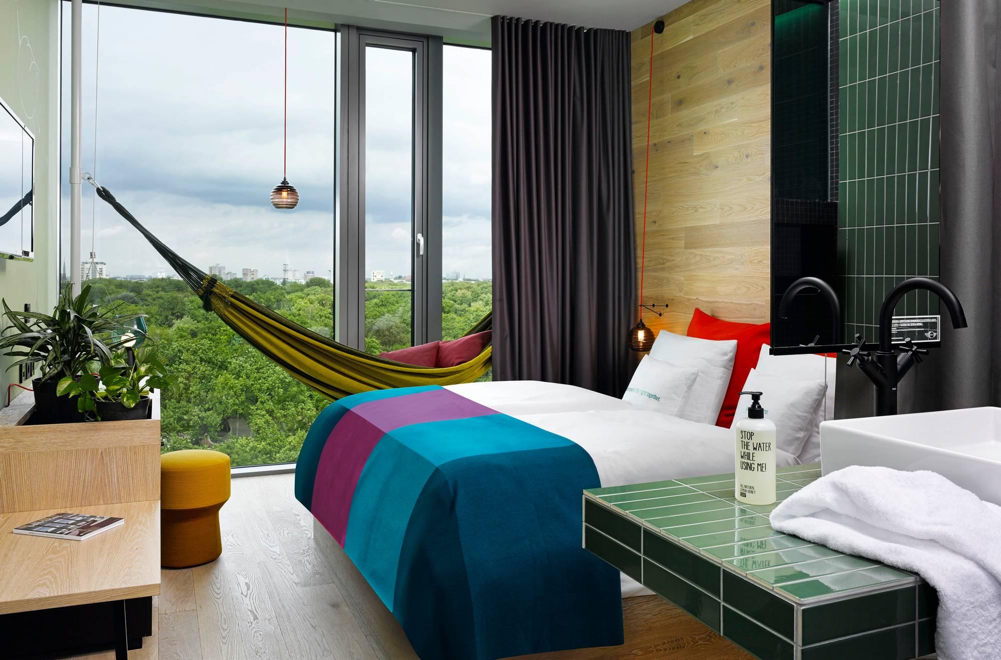 25hours-hotellin sänky on kutsuva, mutta siellä voisi nukkua myös riippukeinussa.