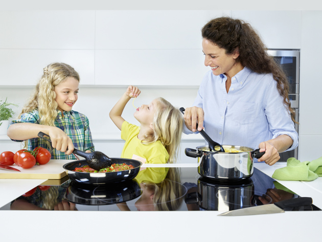 Perhe valmistaa ruokaa Fiskars Functional Form -välineillä