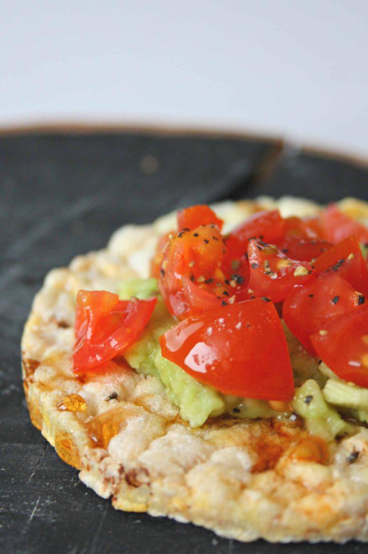 Friggs_riisikakku_avokadoa_ja_tomaattia