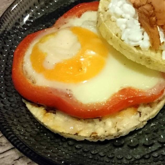 Kananmunaa_ja_paprikaa_riisikakku_Friggs