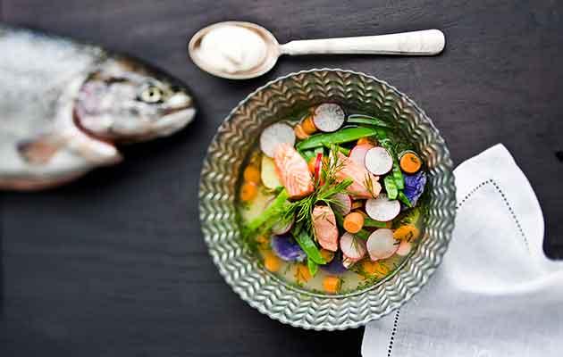 Kirjolohi ja kalakeitto lautasella