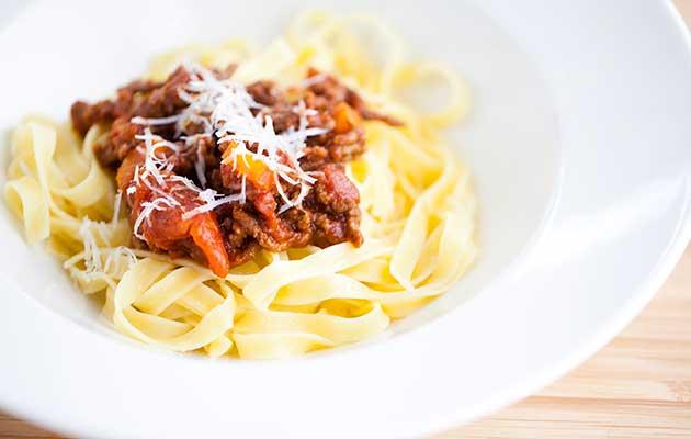 Ragu - italiainen jauhelihakastike ja pastaa